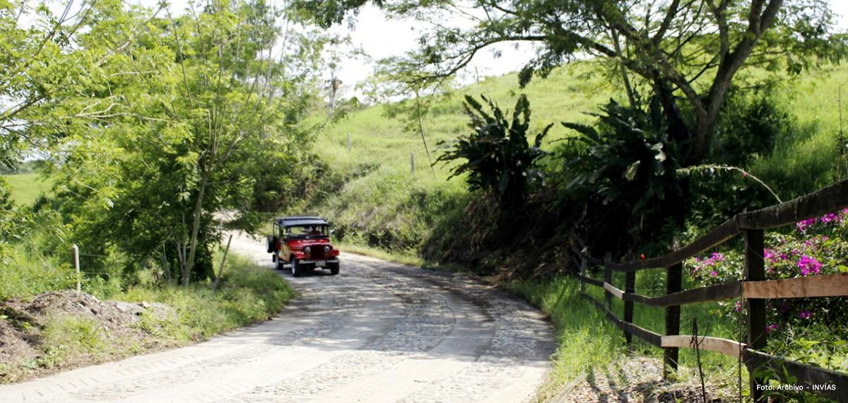 Fotografía de vehículo transitando por las vías terciarias del país.