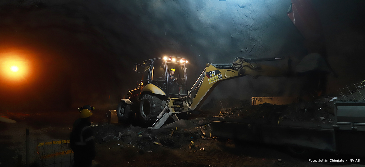 Fotografía maquinaria en labores de revestimiento dentro del túnel de La Línea.