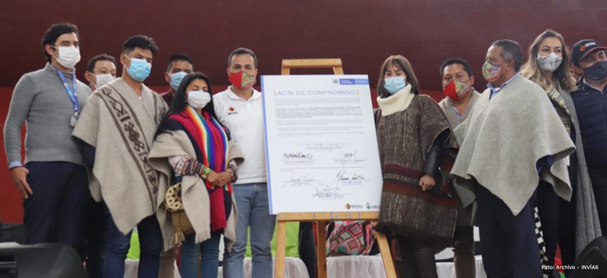 Fotografía de los protagonistas del pacto por los pueblos indígenas Pastos y Quillasingas en Nariño.