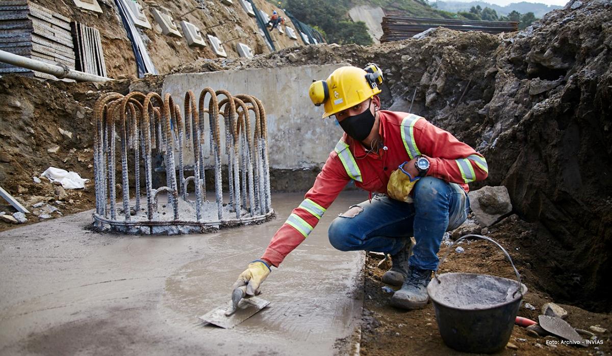Fotografía de trabajador del INVÍAS en las labores de estabilización de las vías.