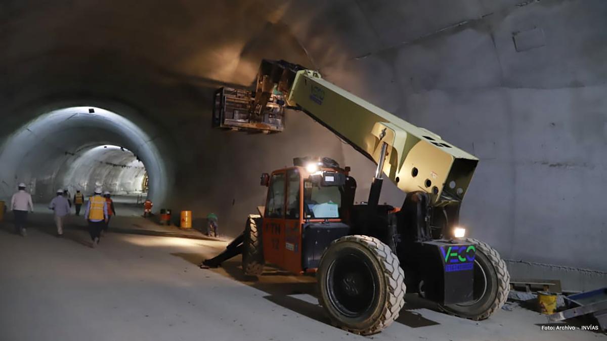 Fotografía maquinaria en labores de construcción de túnel.