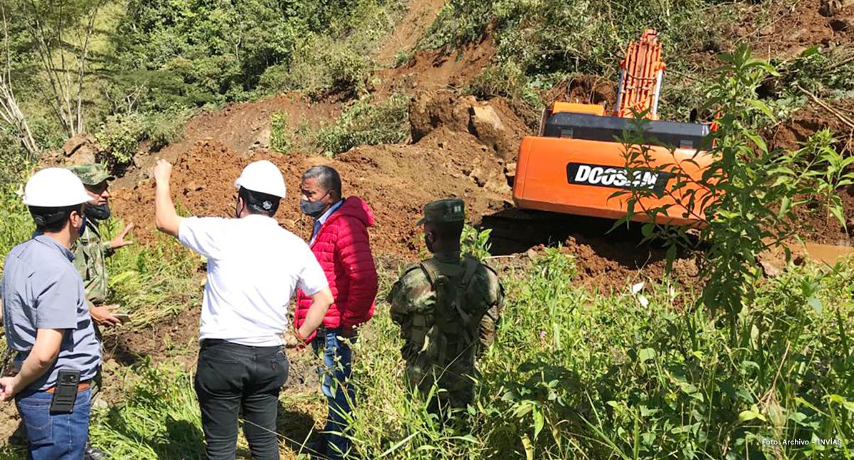 Fotografía del director general del INVÍAS, Juan Esteban Gil atendiendo la emergencia junto con los trabajadores y contratistas del INVÍAS.