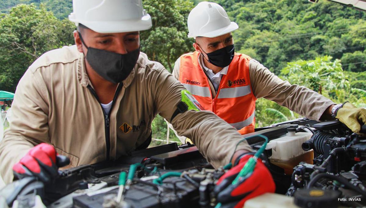 Fotografía de trabajadores en mantenimiento de equipos.