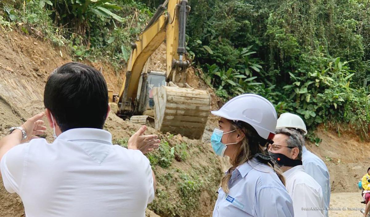 Fotografía de los profesionales que informan a la viceministra de Infraestructura sobre el avance de los trabajos en el Chocó.