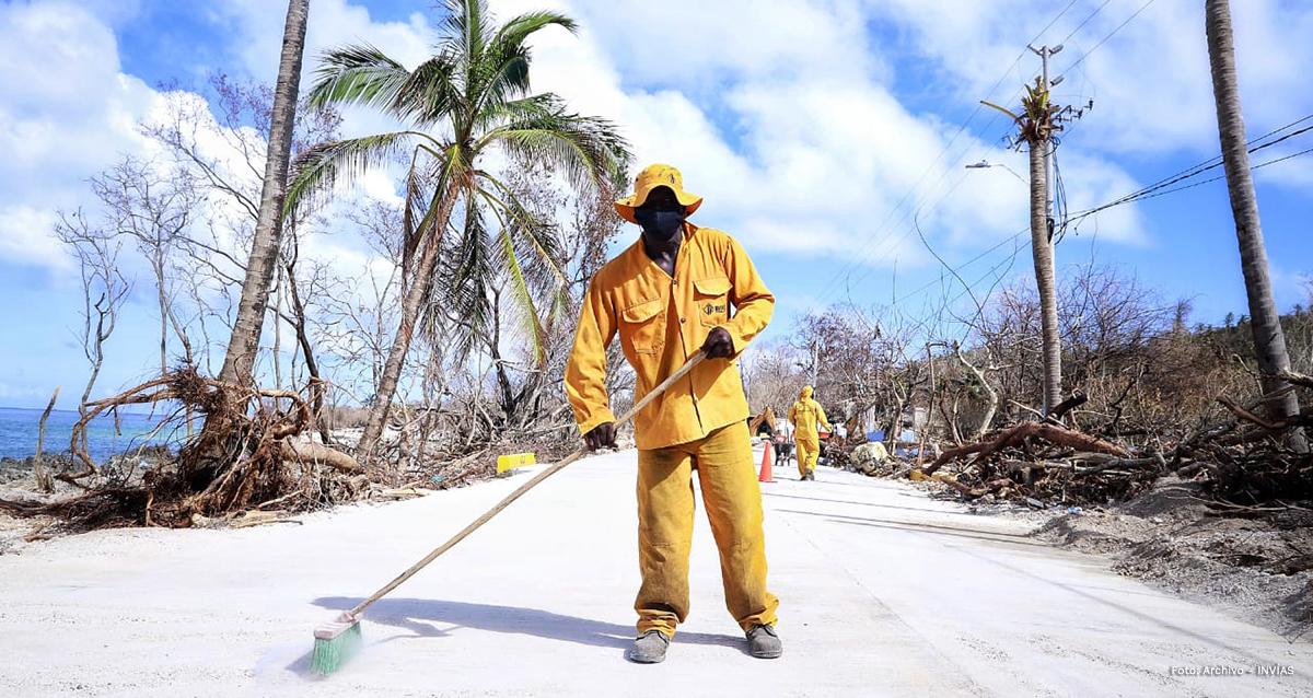 Fotografía trabajador del INVÍAS que trabaja día y noche en la atención a la emergencia en San Andrés.