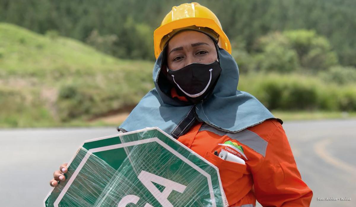 Fotografía trabajadora del INVÍAS colaborando en el paso restringido.