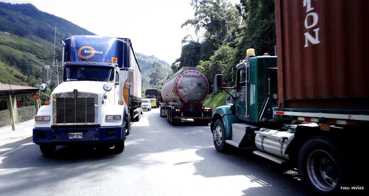 Fotografía de tránsito vehicular en la vía Calarcá - Cajamarca.