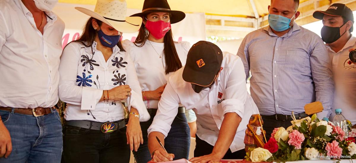 Fotografía del director general del INVÍAS, Juan Esteban Gil durante su firma del Pacto Territorial Casanare.