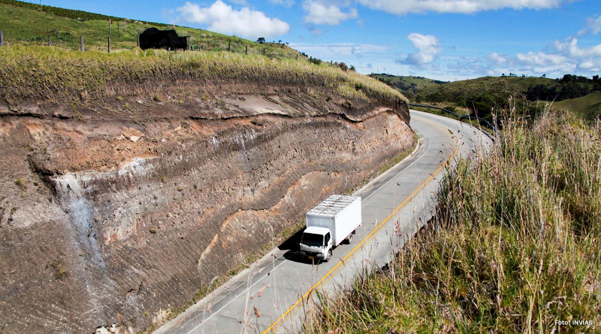 Fotografía de tránsito de vehículo de carga por vía del país.