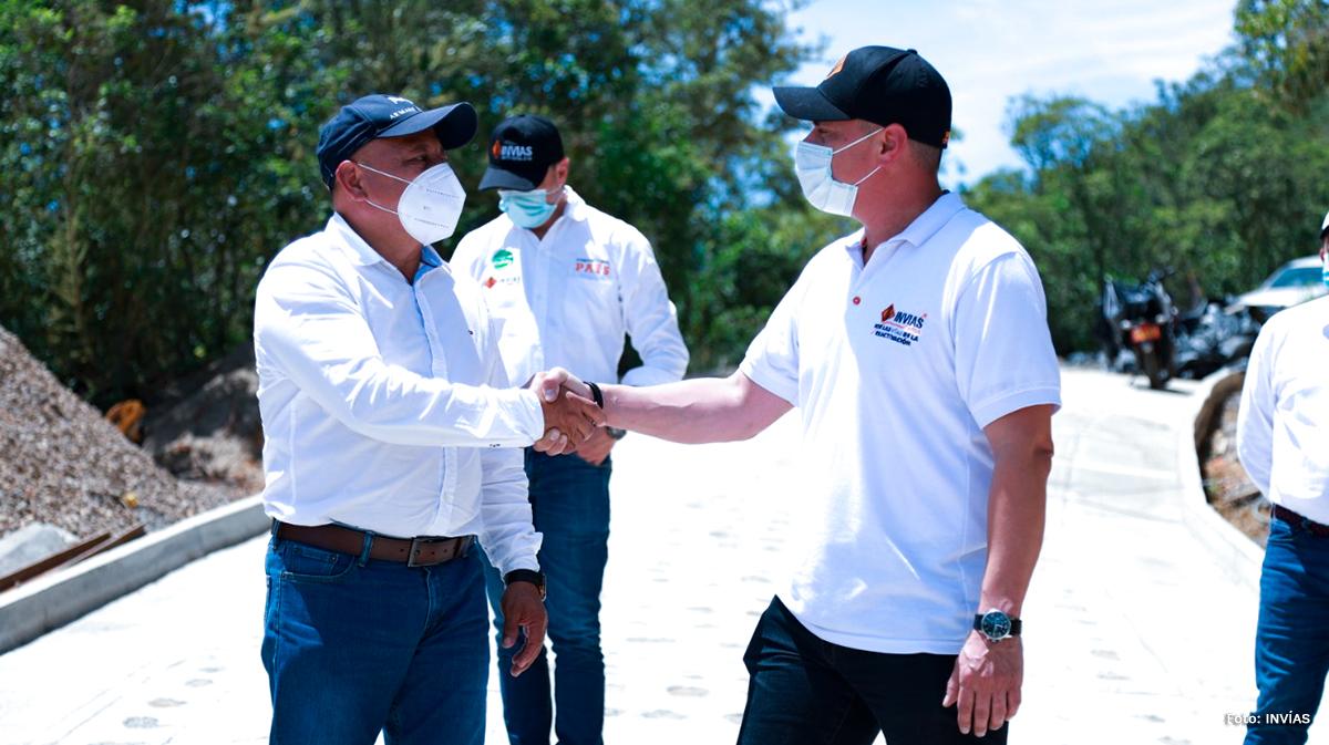 Fotografía del Director Operativo del INVÍAS, Juan Esteban Romero durante su visita a zonas rurales en el país.