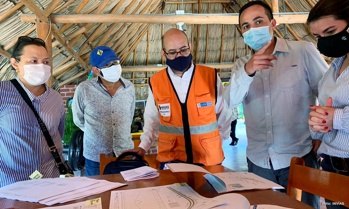 Fotografía del director general del INVÍAS, Juan Esteban Gil revisando el plan de cumplimiento de la carretera del Caribe.