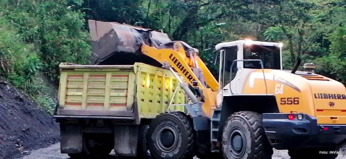 Fotografía del trabajo de remoción de escombros con maquinaria pesada de la vía Sogamoso - Aguazul.