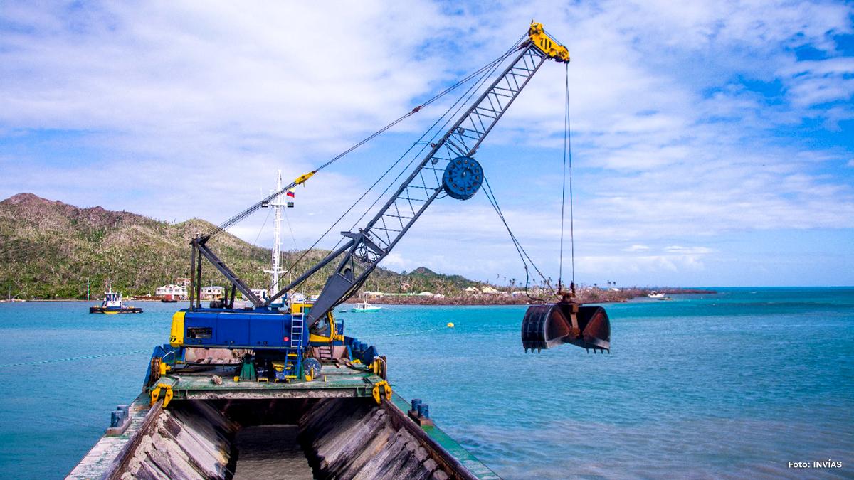 Fotografía de buque de dragado en Providencia.