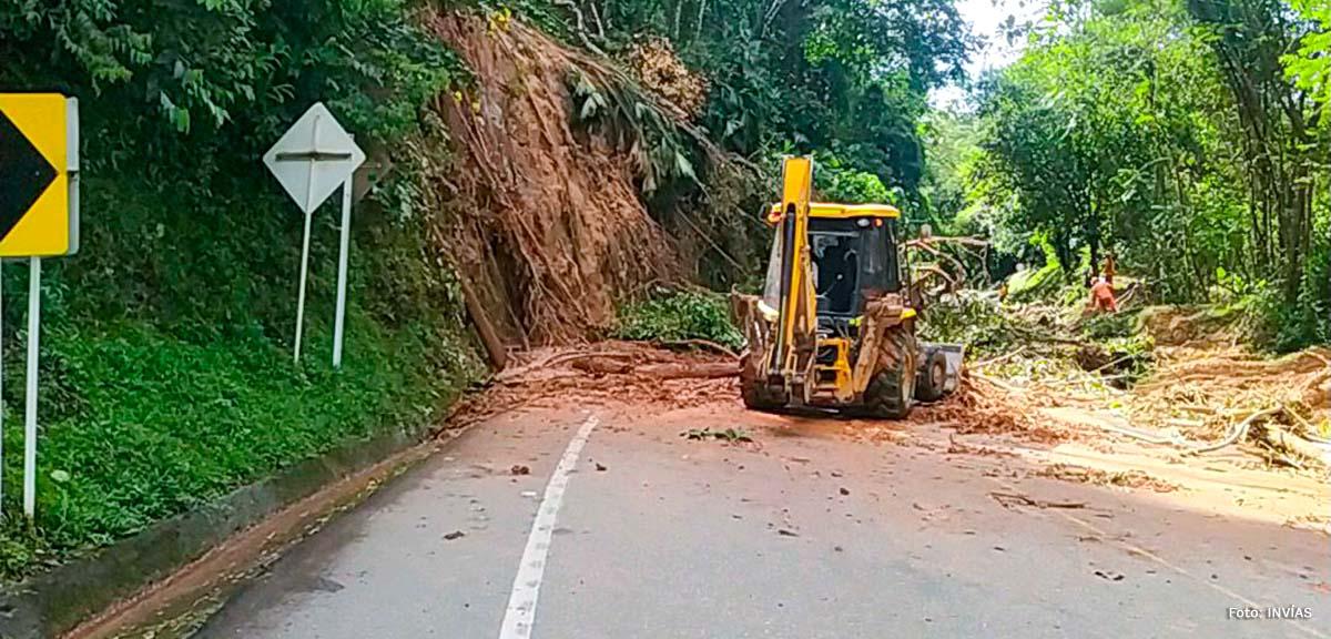 Fotografía de maquinaria pesada en los trabajos de remoción de escombros en la vía Santuario - Caño Alegre.