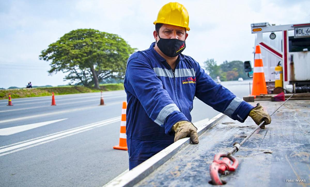Fotografía de trabajador del INVÍAS en su grúa que presta sus servicios en las carreteras del país.