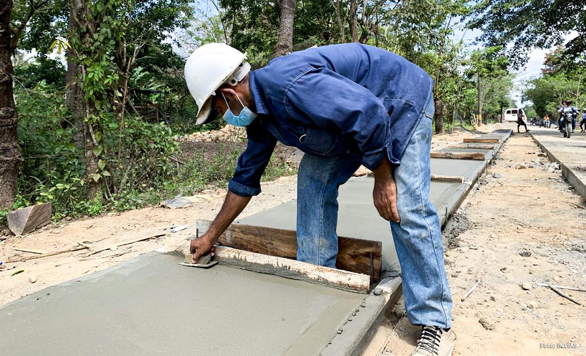 Fotografía de trabajador del INVÍAS en trabajos de construcción de placa huella en San Jacinto, Bolívar.