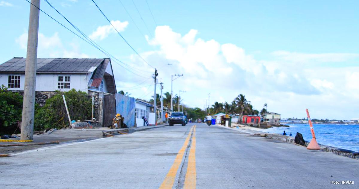 Fotografía de la vía circunvalar reconstruida en San Andrés.