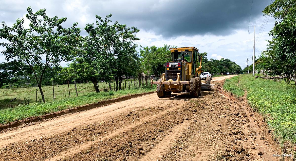 Fotografía de maquinaria pesada usada en la construcción de vías en el país.