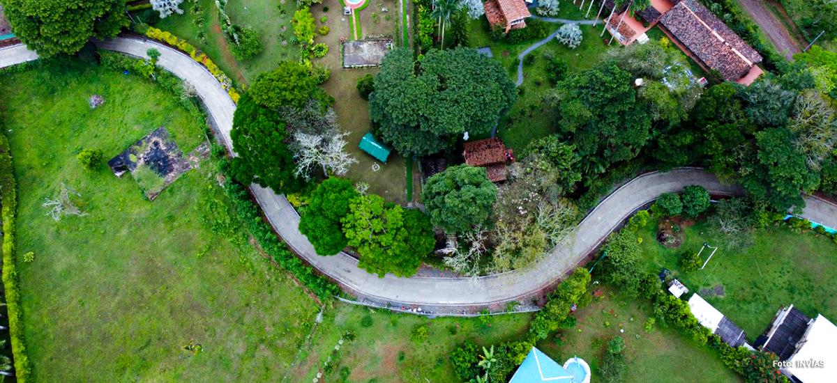 Fotografía de drón de vía terciaria del país.