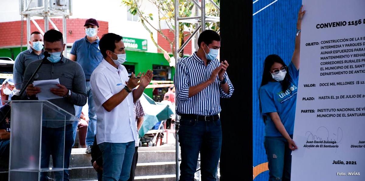 Fotografía del director general del INVÍAS, Juan Esteban Gil durante la firma del compromiso.