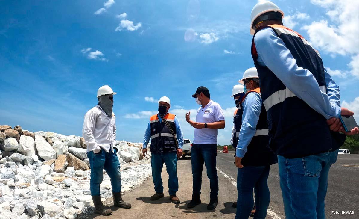Fotografía del Director Técnico, Guillermo Toro Acuña durante su inspección a obras en la Costa Atlántica.