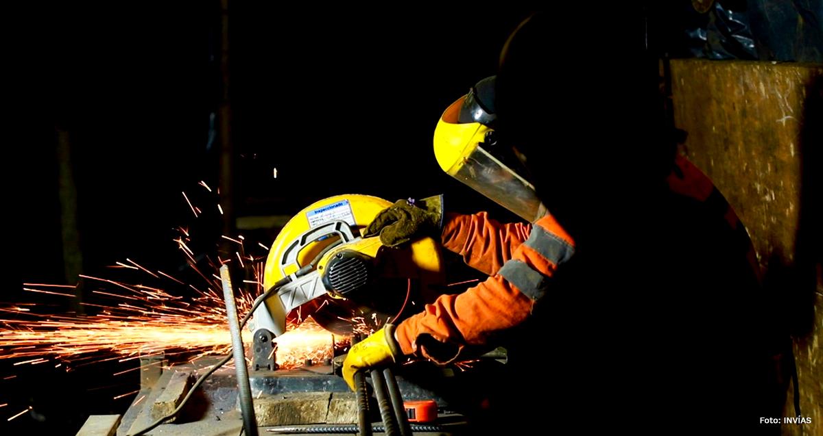 Fotografía de trabajador del INVÍAS en labores de trabajo nocturnas del corredor Calarcá - Cajamarca.
