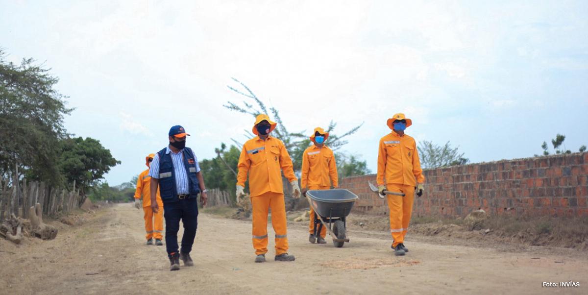 Fotografía de personal del INVÍAS en la vía Salamina - El Piñón.