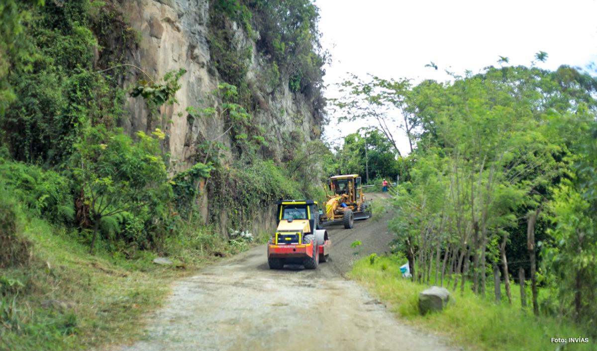 Fotografía de maquinaria pesada realizando trabajos de mantenimiento en la vía.