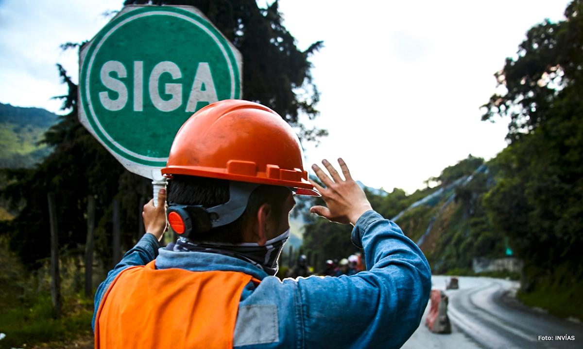 Fotografía de trabajador del INVÍAS habilitando paso restringido.