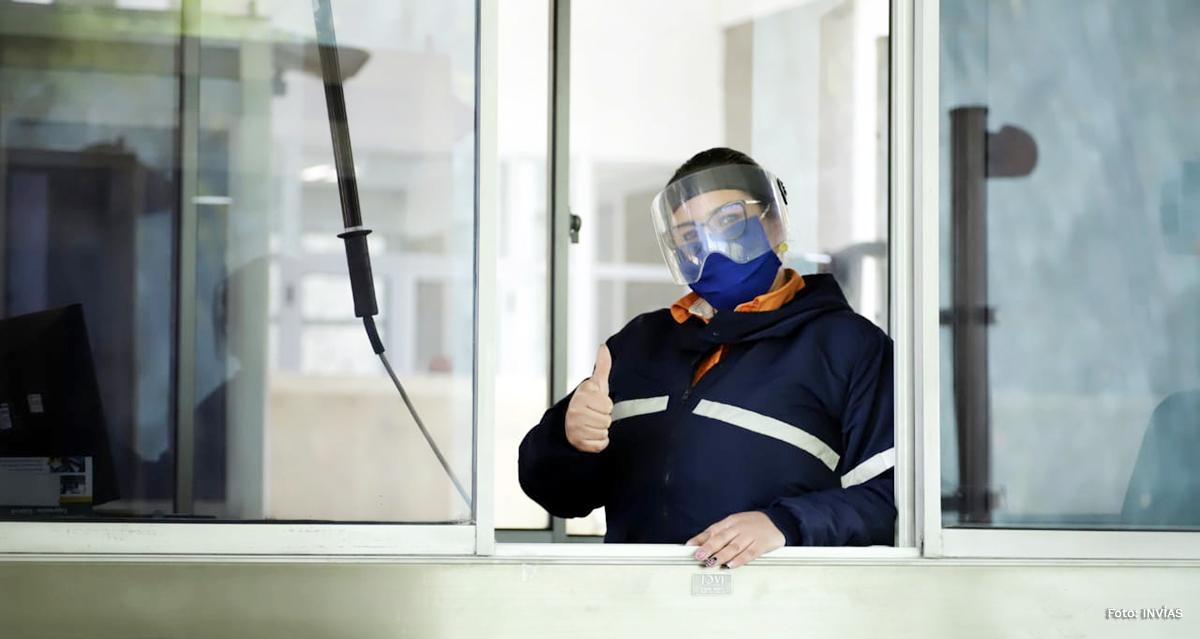 Fotografía de trabajadora del INVÍAS, en peaje no concesionado administrado por el INVÍAS.