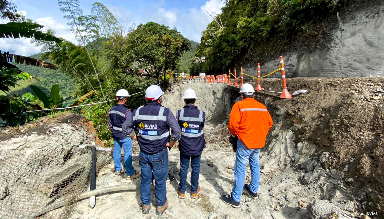 Fotografía de ingenieros del INVÍAS analizando la estabilidad de la vía para la habilitación del tránsito vehicular en la vía Medellín - Bogotá.
