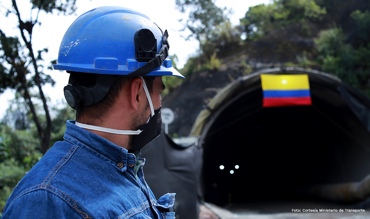 Fotografía de trabajador del INVÍAS en las obras del cale del túnel 15.