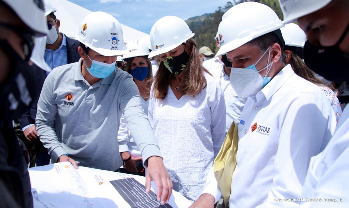 Fotografía del director general del INVÍAS, Juan Esteban Gil durante la explicación del proyecto a la Vicepresidenta, Martha Lucía Ramírez.