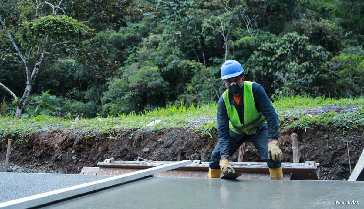 Fotografía trabajador del INVÍAS en obras de construcción de vía vía Quibdó - Pereira.