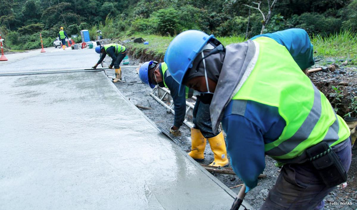 Fotografía trabajadores del INVÍAS construyendo vía Quibdó - Pereira.