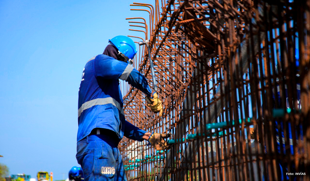 Fotografía de trabajador del INVÍAS en labores de construcción de vías en la variante Ciénaga - Barraquilla.