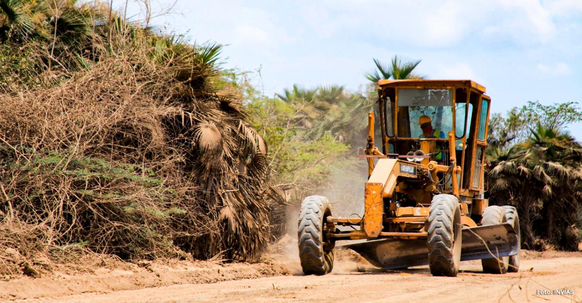 Fotografía de operador de maquinaria pesada en trabajos de recuperación de la vía Salamina - El Piñón.