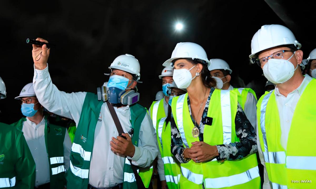 Fotografía de la Ministra de Transporte, Ángela María Orozco durante su visita al inicio de la obra.