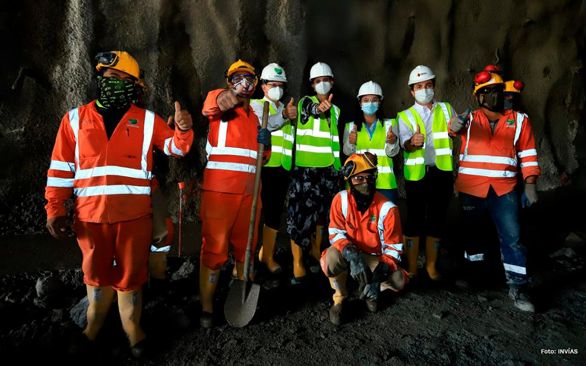 Fotografía del equipo de inspección y de los trabajadores del INVÍAS durante su visita al inicio de la obra.