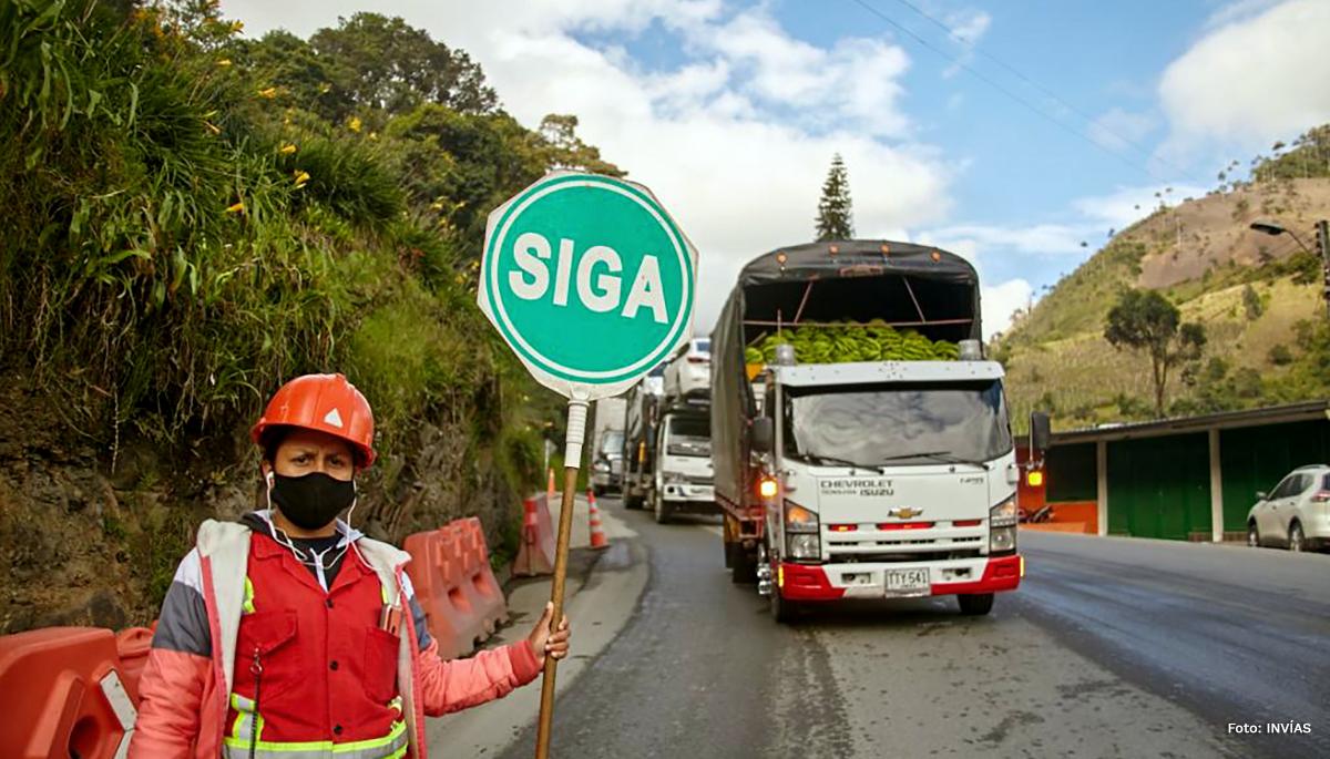 Fotografía de trabajadora del INVÍAS en su labor de restricción de paso en corredor Calarcá - Cajamarca.