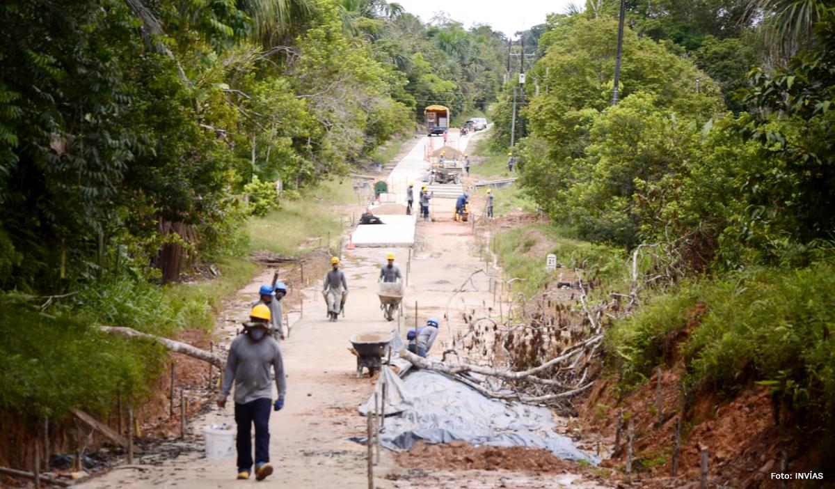 Fotografía de los trabajadores del INVÍAS en las obras de construcción.