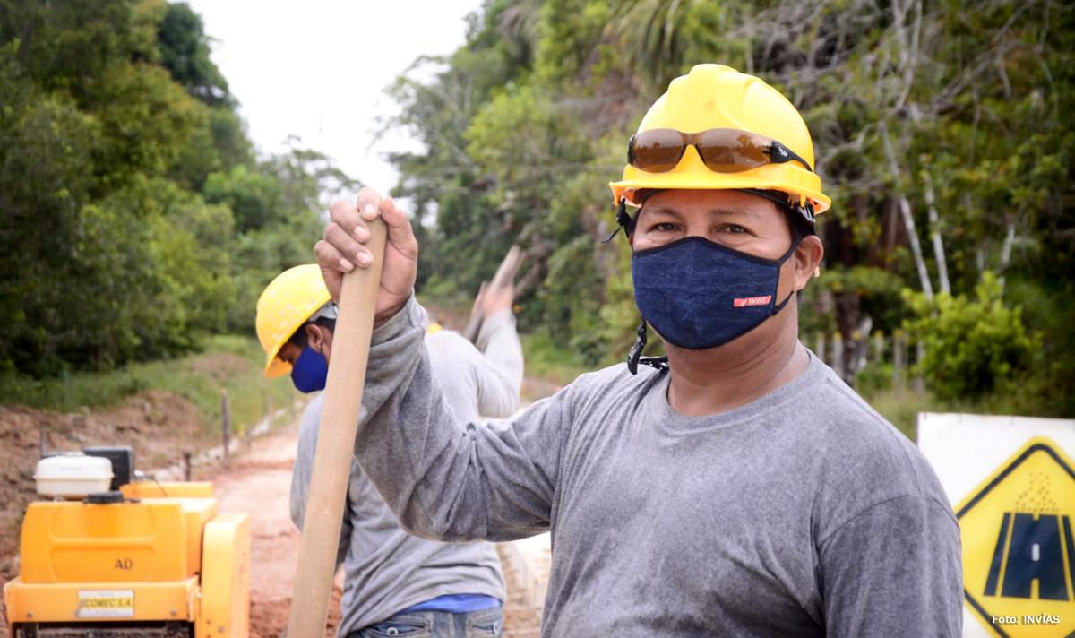 Fotografía de trabajador del INVÍAS en las obras.