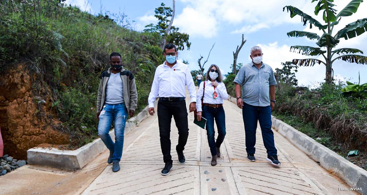 Fotografía del Director Técnico del INVÍAS, junto con el equipo de trabajo en la vía terciaria de Risaralda.