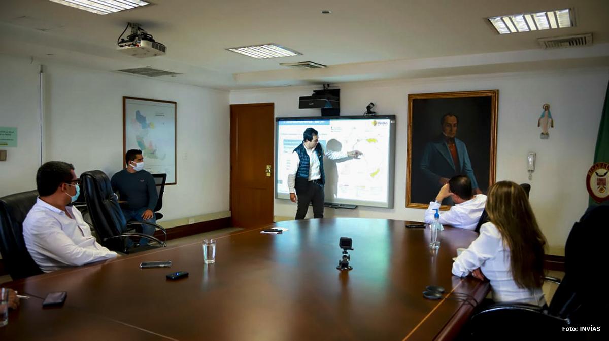 Fotografía del director general del INVÍAS, Juan Esteban Gil durante la explicación del intercambiador vial del Aeropuerto Internacional de Matecaña.