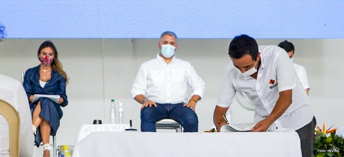 Fotografía del Director General del INVÍAS, Juan Esteban Gil durante su firma de los convenios del Pacto del Golfo de Morrosquillo.