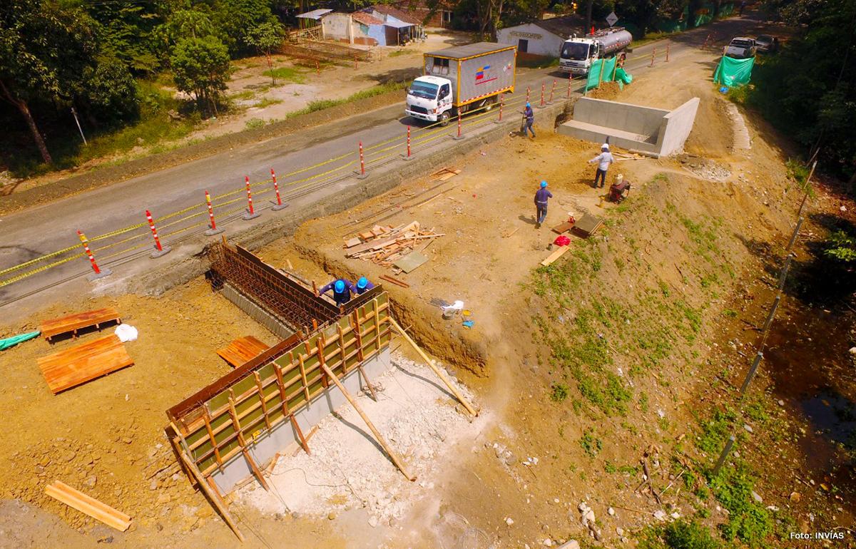 Fotografía de los trabajos ambientales cerca a la vía de la laguna de Sonso en el Valle del Cauca.