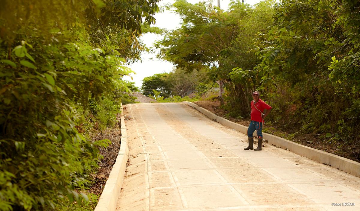 Fotografía de campesino disfrutando de las vías terciarias del país.