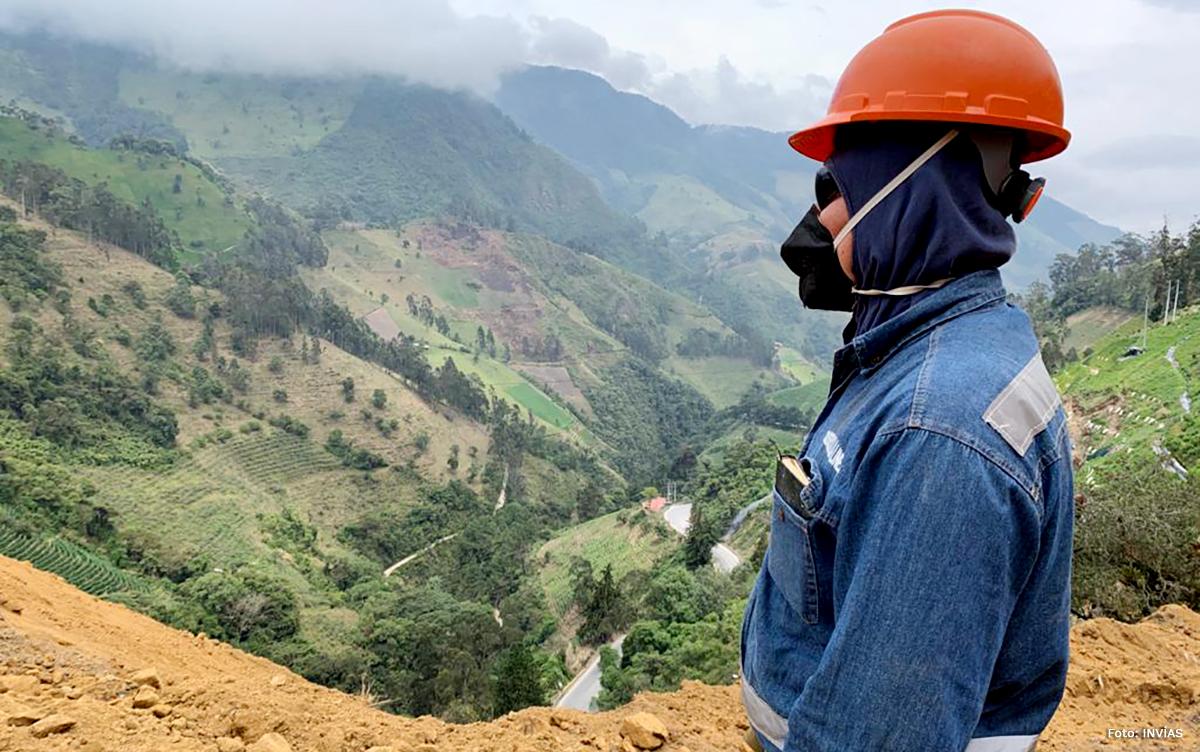 Fotografía de trabajador del INVÍAS en la montaña.
